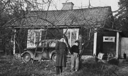 Cornelis Vreeswijk med pappa och en syster vid barndomstorpet på Nibbla gård. (Fotograf okänd)